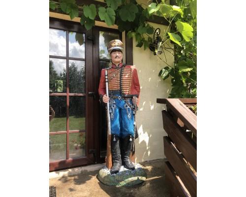 купить Садовая фигура Гусар в красном 180/60/60 см в магазине-онлайн Formula-Dachi.ru